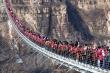 Thót tim nhìn người Trung Quốc chen chúc đến 'tắc đường' trên cầu đáy kính lớn nhất thế giới