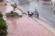 Nam sinh đội mưa vớt rác, thông cống khiến người lớn xấu hổ