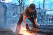 Nhọc nhằn nghề đúc gang bên lò lửa gần 2.000 độ C giữa ngày nắng nóng đỉnh điểm
