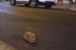 Bị nhắc nhở, 2 thanh niên dùng gạch tấn công lực lượng 911