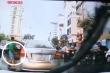 Thanh niên đi ô tô 'hôi' chùm vải rơi trên đường, dân mạng ngao ngán