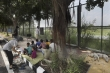 Trường học đóng cửa vì COVID-19, trẻ em nghèo Ấn Độ mở vở học giữa vỉa hè