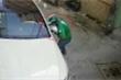 Thanh niên mặc áo GrabBike vặt trộm gương ô tô bị camera ghi lại