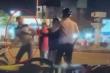 Tài xế ô tô hành hung, dọa giết đôi nam nữ đi xe máy sau va quẹt