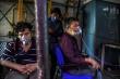 Châu Âu háo hức chờ ngày 'sổ lồng', Ấn Độ vẫn vật lộn trong sóng thần COVID-19