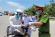 Ảnh: Cán bộ, chiến sĩ phơi mình giữa trời nắng gần 40 độ C tại chốt tâm dịch