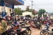 Lại thêm cảnh dân ùn ùn đi mua xăng tích trữ, bất chấp Covid-19