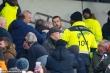 Video: Cầu thủ Tottenham lao lên khán đài đánh CĐV