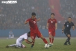 Cầu thủ U22 Việt Nam ôm chân, bay người truy cản Phan Văn Đức