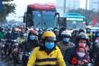 Đường Hà Nội kẹt cứng ngày cuối năm, dòng xe chậm chạp nhích ra khỏi thành phố