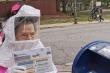 Cụ bà 102 tuổi mặc đồ bảo hộ COVID-19 đi bỏ phiếu