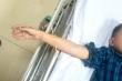 Bé trai ở Quảng Ninh bị que tre đâm xuyên cẳng tay