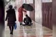 Video: Xúc động cảnh cô gái cầm ô che cho người bị tật 2 chân dưới mưa