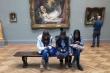 Bức ảnh 3 cô gái chúi đầu vào điện thoại, quay lưng với nghệ thuật gây tranh cãi