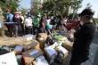 Video: Dân đi tiếp tế đông đúc như chợ phiên trước cổng khu cách ly ở TP.HCM