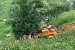 SaPa: Ô tô cẩu lao xuống vực, tài xế chết mắc kẹt trong cabin