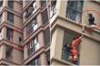 Clip: Cô gái liều mạng trèo ra cửa sổ tầng 6 trốn gã bạn trai vũ phu