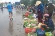 Người Quảng Bình lội nước mua thức ăn dự trữ trước bão số 7