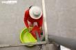 Người lao động nghèo rơi nước mắt nhận gạo từ 'cây ATM' rút gạo bằng chân