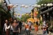Ảnh: Du khách xúng xính dạo bước phố cổ Hội An rợp sắc đèn lồng