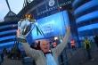 CĐV Man City tràn đến sân Etihad, ăn mừng chức vô địch Ngoại hạng Anh