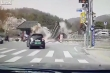 Video: Chạy tốc độ cao, ô tô tông đổ cổng công viên lịch sử ở Hàn Quốc