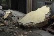 Dông lốc kéo sập bức tường cao 4m, hai mẹ con thương vong