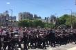 Video: Người hâm mộ quá khích đụng độ cảnh sát tại tang lễ huyền thoại Maradona