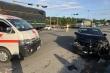 Mazda 6 tông xe cấp cứu chở bệnh nhân ung thư, nữ y tá văng khỏi cửa