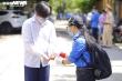Ảnh: Áo xanh tình nguyện tiếp sức thí sinh kỳ thi tốt nghiệp có một không hai