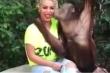 Clip: Chú khỉ tán tỉnh người đẹp khi chụp ảnh chung