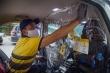 Dán màng ngăn trong xe ô tô giúp hành khách an tâm hơn trong mùa dịch Covid-19