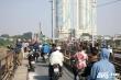 Ảnh: Dân Thủ đô nô nức xem trục vớt bom dưới chân cầu Long Biên