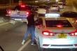 Video: Tài xế tạt đầu, hành hung lái xe taxi trên cao tốc ở TP.HCM