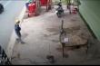 Clip: Dàn cảnh tặng hộp xôi để ăn trộm xe máy tại Bình Dương