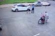 Bị nhắc nhở chỗ đỗ xe, tài xế ô tô xuống bóp cổ bảo vệ bệnh viện