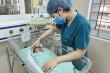 Sức khỏe bé sơ sinh bị bỏ rơi dưới hố ga diễn biến xấu, nghi nhiễm trùng máu