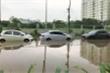 Ảnh: Hàng dài ô tô ngập sâu sau trận mưa như trút ở Hà Nội