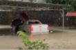 Video: Ô tô chìm trong biển nước sau mưa lớn ở TP Điện Biên Phủ
