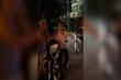 Người đàn ông say rượu đi taxi không trả tiền còn đuổi đánh tài xế