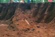 Công nhân đào trúng quả bom dài 2 m, sau 10 ngày vẫn chưa được xử lý