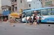 Va chạm với xe đạp điện, xe khách tông sập nhà dân khiến 4 người thương vong