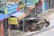 Cận cảnh 'hố tử thần' sâu 5m khiến 20 hộ dân Hà Nội phải di dời