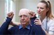 Giơ hai tay cùng lúc lên cao - mẹo kiểm tra nguy cơ đột quỵ