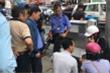 Ô tô tông hàng loạt xe máy dừng chờ đèn đỏ, 2 người bị thương