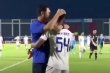 Sau phút nóng giận bốc đồng, HLV Hứa Hiền Vinh ôm cầu thủ An Giang hòa giải