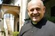 Nhường máy thở cho bệnh nhân khác, linh mục nhiễm virus corona qua đời