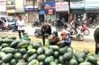 Dân Hà Nội nhiệt tình mua, hàng chục tấn dưa hấu 'vỉa hè' được 'giải cứu'