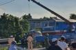 Taxi băng đường ngang bị tàu hỏa tông, 3 người thương vong