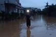 Lũ rút, nhiều nơi vẫn ngập sâu, người Quảng Trị tiếp tục chuyển đồ đạc trong đêm